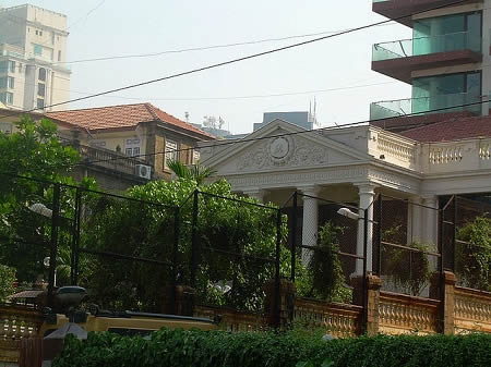 Outside view of Shahrukh Khan's home, Mannat