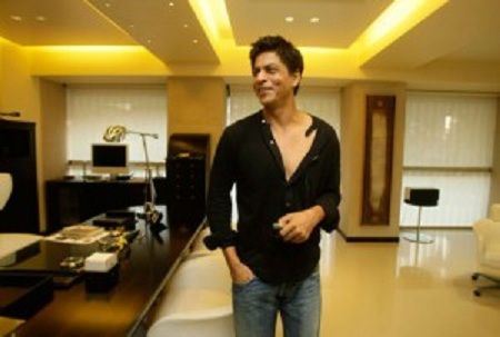 photo of shahrukh khan at his office in mannat mumbai