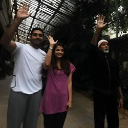 Amitabh, Aishwarya, Abhishek greeting theirs fans on Sunday evening at Jalsa