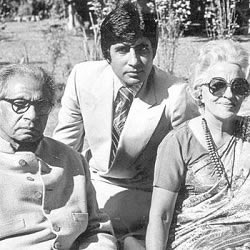 Amitabh Bachchan with father Dr. Harivansh Rai Bachchan and mother Teji Bachchan at Prateeksha