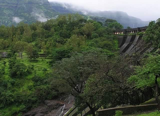 Bhandardara's Wilson Dam has the famous Bhandardara lake. This is a popular hill station in the rainy season.
