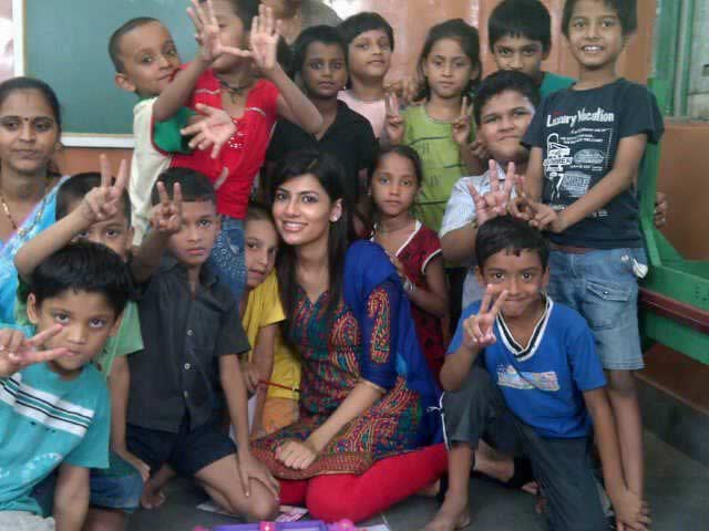 Vanya Mishra, Miss India, with underprivileged children of NGO charity Muktangan.