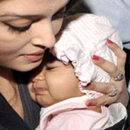 Close up picture of Aishwarya Bachchan cuddling daugher Aaradhya Bachan