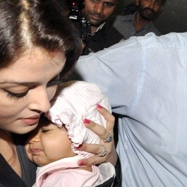 Aaradhya Bachchan being held by her mother Aiswarya Rai Bachchan.
