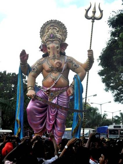 The tall 2012 Parelcha Raja Ganapati statue being brought to Nare Park in Parel in Central Mumbai.