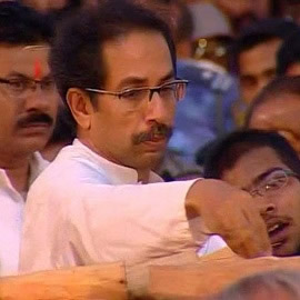 Uddhav Thackeray performing the last rites at father Balasaheb's funeral at Shivaji Park.