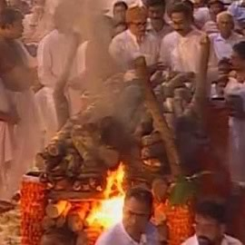 Picture of Bal Thackeray's Funeral pyre lit by youngest son Uddhav (not elder son Jaidev).