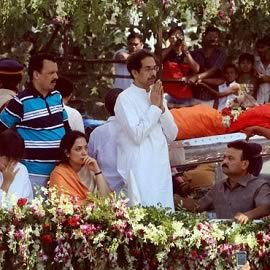 Udhav Thackeray with wife Rashmi, son Tejas, Raj's son Amit, Raj's wife Sharmila taking Balasaheb's body to Shivaji Park.