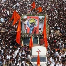 Photo of large Mumbai crowds, Shiv Sainiks walking with Bal Thackeray's body for the Funeral at Shivaji Park.