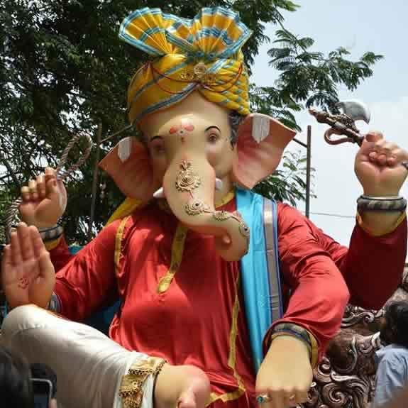 Vasaicha Maharaja Ganesh is made by Sculptor Vijay Khatu