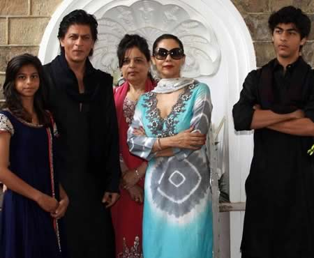 Shahrukh Khan with his family, at his house, Mannat.